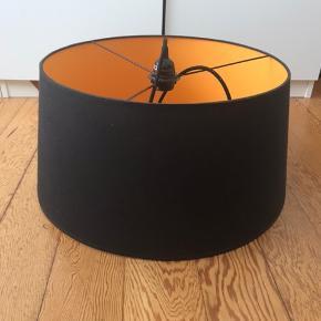 Sort/orange loftslampe. Måler 43 cm i toppen og 50 cm i bunden 😊  Sælges uden den hvide holder i enden af ledningen 🌸 Afhentes i Århus