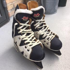 Ishockeyskøjter, str. 37  Hockeystøvler sælges. Har kun været brugt til alm. skøjteløb Afhentes på Frederiksberg