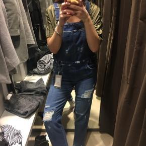 Jeans Latzhosen in Grösse 36 S ungetragen mit etikette