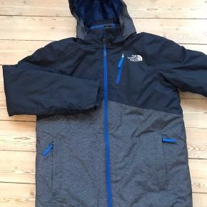 Fin vinterjakke fra The North Face. Str. Boys XL. Jakken har kun været brugt på ski en gang. Har snefang og lomme til liftkort på ærmet.