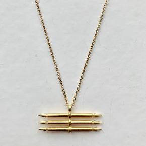 1 x Maria Black Triple Spear Necklace i forgyldt sterlingsølv fra kollektionen Eclectic Avenue.  Kæden er 84cm. Prisen er for 1 stk.