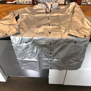 Lækker regnjakke i sølv, med prismærke Np 499kr Måler fra skulder til skulder ca 60cm Længde ca 96cm, går mig til knæet og jeg er 165 cm høj  Fast pris, bytter ikke 😊  😊😊😊 sat til salg andre steder 😊😊😊  Medfølger lille taske/pose til når den ikke bruges