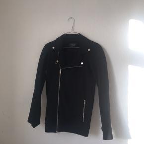 Den er brugt en gang! Og kan ikke passes længere derfor sælges den! Det er en str. S/small/38 fra Zara. Alle bud er velkomne.