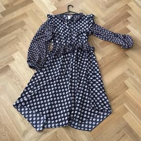 Super flot og populære kjole fra H &M i str 34, men den passer en36. Er stor i størrelsen. Sælges til 150kr  Eller kom med bud:)