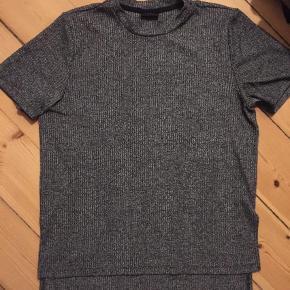 Meget flot grå t-shirt / bluse fra Vila . Falder og sidder meget flot! Fejler intet. Kan hentes ved Vestamager st eller sendes på købers regning. Kom med bud :-)  Str L  Grå / gråmaleret  Andet Farve: Grå Oprindelig købspris: 199
