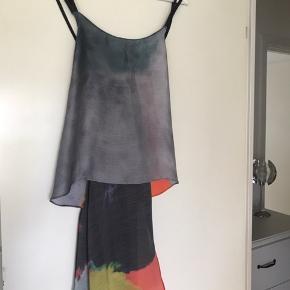 Fantastisk flot top 100% polyester i fantastiske farver. Kort foran og lang bagi. Dobbeltstropper ved skulder