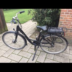 SÆLGES KUN GRUNDET, KØB AF TRANSPORTMIDDEL MED 4 HJUL :)   Lækker behagelig EL-CYKEL 28?  36V- 8,8Ah E-go 3- Gear 2019, brugt meget begrænset og kvittering haves, samt er det stadig garanti. Købt d. 28/11-2018.  Har lige fået Kvalitet punkterfri dæk på forhjulet, godkendt til el cykel.   Har altid været opbevaret indendørs i en kælder, når den ikke har været i brug.   Elcykel med kraftigt aluminiumsstel og 3 indvendige Shimano Nexus gear. Justerbar frempind i aluminium og ergonomiske greb sikrer en behagelig kørekomfort. Cyklen er udstyret med kraftigt, justerbart støtteben, antirust kæde, bagagebærer i aluminium, dobbeltbundede aluminiums profilfælge med rustfri eger, styr- og sadelpind i aluminium.   Motoren, som sidder i fornavet, er en 36 Volt motor med 250 Watt effekt. Cyklen er forsynet med et 36V-8.8Ah batteri med LG Lithium celler og smart BMS, som passer godt på at dit batteri ikke over- eller underlades. En fuld opladning tager ca. 4-6 timer og den giver hjælp til at cykle de næste 30-50 km (afhængigt af vægt, terræn og hastighed)  Læner man tør for strøm, kan man sagtens cykle videre som på en almindelig cykel. Derudover findes også en gå-funktion, hvor cyklen ved tryk på en knap vil køre blot 6 km/t., så man kan trække cyklen uden brug af egen kraft.   El-cyklens motor slår automatisk fra, når din fart overstiger 25 km/t, eller når du holder op med at træde i pedalerne. Begge dele er et dansk lovkrav.   2A-oplader medfølger.   Cyklen overholder ISO-4210 standarden for kvalitet og sikkerhed.   Aluminium med 20 års garanti mod stelbrud  Købes som set.