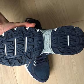 Fede asics gel sneakers som kun er brugt en enkelt gang. Der følger grønne snørrebånd med. Byd!