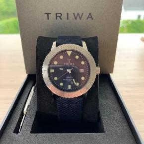 Flot Triwa Hvalen ur med 2 remme. Skal have skiftet batteri Diameter: 40mm Tykkelse: 9mm Glasset har en lille flænge ved 12 som man ikke ligger mærke til  Er åben for bud