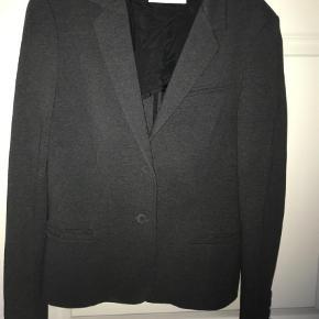 Varetype: Blazer Farve: Grå Oprindelig købspris: 1599 kr.  Fed blazer - brugt en gang. Lidt elastisk - lækker kraftigt materiale