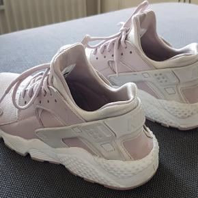 Nike Huarache str. 38,5, er købt brugt, men er lige for lille til mig som str. 38. De passer str. 37-37,5 ret godt.  De har ingen reel slid, men lidt mærker efter brug. Virkelig gode at gå i, og så flotte!  Farven er let rosa, som på billederne. Sender gerne eller afhentes på Frederiksberg.  180 kr. + porto :-)