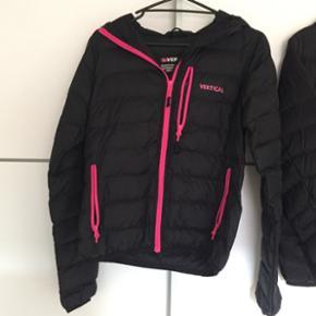 Vertical dunjakke i sort med pink kant  Letvægtsjakke i str. 38  Købt for 500,- i sport24 sidste år, kun brugt kort - fejler derfor intet.