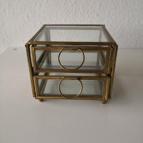 Fedt to delt smykkeskrin i glas og metal. Købt i sidste måned og brugt kortvarigt, men er desværre for småt til mit behov.  Np. 200 kr.  Måler: H: 9cm x B: 11cm x D: 11cm  ▪️Sender gerne/køber betaler porto ▪️Returnerer ikke ▪️Kun fra dyrefrit hjem
