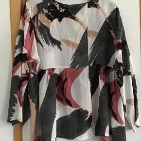 Skønneste tunika bluse. 100 % viscose. Måler fra ærmegab til ærmegab 63 cm. Længden 62 cm. Se den flotte ryg med stor slids. Flotte farver.