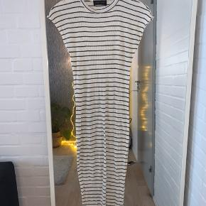 Sort-hvid stribet Storm&Marie maxi-kjole. Bemærk, at der er et hul ved mærket i nakken :)