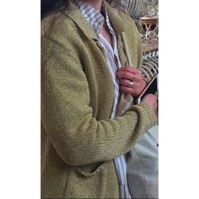 Cute guld cardigan med glimmer, guld knapper lommer og krave. Super sød til kjole eller bukser. Kan passes af XS -S - M - L. Købt i vintage / secondhand butik.