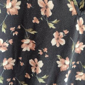 Oversized, blomstret kjole fra Only. Str 42 men kan passes op til str 48 også.