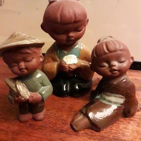 Tre små keramik figurer. I fin stand alderen taget i betragtning. 8-12 cm høje.