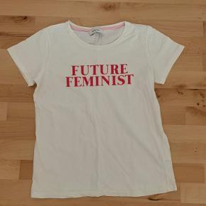 Super fin hvid t-shirt som aldrig er brugt, har et lidt loose fit. Kom gerne med bud!