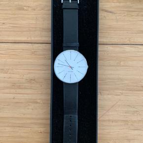 Smukt ur fra Arne Jacobsens watch  Model: bankers watch i den store model   Brugt men i god stand  Alt tilbehør medfølger   Nypris var omkring 2500. Sælges for 1100 pp
