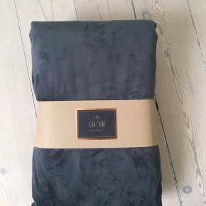 Sælger disse mørkegrå velour gardiner fra Ellos. De er stadig i indpakningen, og hvis køber er interesseret følger der en sort gardinstang med.