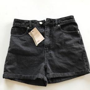 Shorts fra ASOS i sort, aldrig brugt og stadig med mærke i. Størrelse UK 10 (svarer til en medium). Nypris er 245 kr.