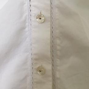Mille K skjorte med fine detaljer og flotte perlemor knapper 🐚
