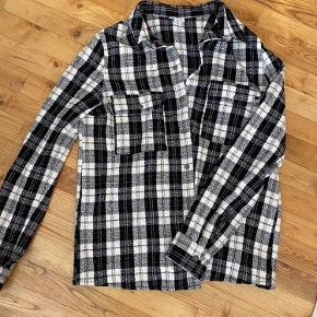 Sort/hvid/grå ternet skjorte/jakke