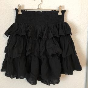 Har ligget i skabet min. 2 år og er aldrig kommet på.   Sort nederdel med flæser.