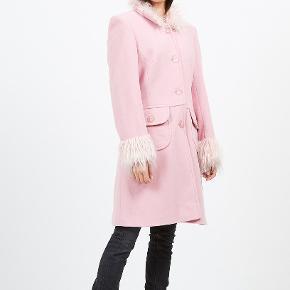Påtænker at sælge min smukke vintage frakke, købt secondhand i London. Ingen størrelseslabel i, men den passer en størrelse S/36. Jeg gav 1600kr for jakken, hvorfor den sælges til 900kr afhentet eller plus porto.