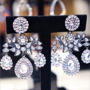 Julie sandlaus ikoniske Estate øreringe.  Perfekte til bryllup.  Modellen produceres ikke længere. Oxideret sølv med de smukkeste sten, perfekt til cocktails, galla og bryllupper. Brugt 2 gange i få timer, fremstår som nye. Æske medfølger.  Nypris 5500,-.  Sælges kun til rigtige pris. Bud fra 4000 pp ved mp.