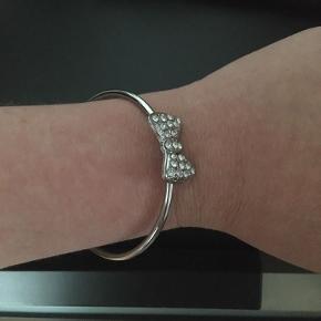Sød armbånd fra H&M i sølv🌸armbåndet har været brugt et par gange, men har ingen skader🌸 Str. S/M