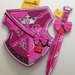 Varetype: LegetøjStørrelse: X Farve: Pink Prisen angivet er inklusiv forsendelse.  Skjold og svær. Byd.. se også alle mine andre annoncer, sælger billigt ud:)