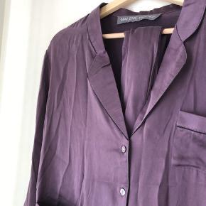 100% silke skjorte fra Malene Hocke str. 38, men passes af xs-m. Der følger et silkebånd med som både kan bindes som sløjfe i kraven eller om taljen