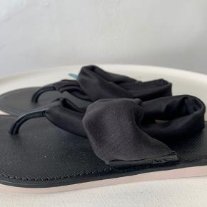 Sorte lette Sandaler med sling back strop (om hæl) i stærkt let satin stof fra Brasilianske ZAXY i str. 37. Ultra flex / bøjelig gummisål. Længde fra hæl til snude 24 cm Nypris ca 375,- omregnet - købt på rejse