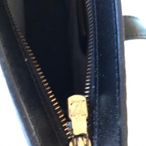 LV skuldertaske i sort Epi læder. Indvendig et lynlåsrum.  Modellen hedder Saint Jacques GM. Uden slitage.  Bytter ikke. Handlet gerne mobile pay.