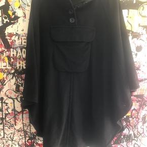 Poncho og lang silke top fra Rutzau Rytter ud i min garderobe og sælger derfor ud af mit tøj 🙈🙏 Sælges billigt da jeg mangler pladsen 🙈🌸 BYD endelig 🌸