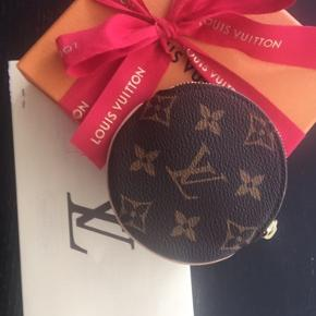 Sælger denne fine Louis Vuitton Round Coin Purse da jeg ikke får den brugt.  Den er købt af mig i LV København i marts 2019.  Alt følger med - dustbag, æske med rødt gavebånd og selvfølgelig kvittering.   Nypris er 1300 og jeg bytter ikke :-)  Køber betaler selv evt Porto.