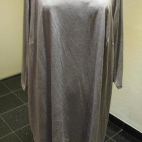 Ny Marina Kaneva tunika/kjole str 50/52 Bm 2x67 cm går lige ned Længde 90 cm - 100 kr plus porto Lysegrå (m4920)