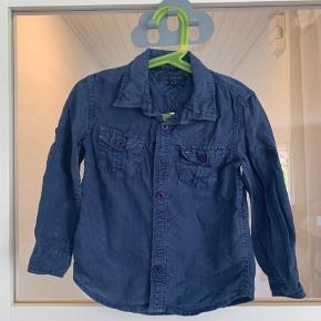 Super sej denim skjorte fra Tommy Hilfiger til den lille dreng. Brugt ganske få gange  Har er råt/slidt denim look, mega fin her til sommer.