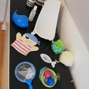 Stokke badestol helt ny. Haba boldspil til bad. Termometer fisk. Nye badesvampe aldrig fået brugt. Baby olie. Hval til at vaske hår.