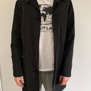 Skøn let trenchcoat/regnfrakke til drenge. Passer ca. str 170-175 cm høj.