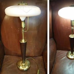 Magnifique Lampe de table style ART DÉCO - verre opaline légèrement rose. Pied en étain et bois de Madère. Hauteur 55 cm - diamètre verre 24 cm - diamètre pied 13.5 cm. Fonctionne - en bon état.