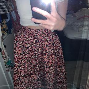 Super fin nederdel, går ned over knæet og er meget taljeret
