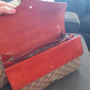 Jeg overvejer at sælge min smukke Gucci taske, i beige og rød. Den har super god plads indvendigt.. den er købt i Gucci butikken i Cannes, i 2018.   Den fremstår i god stand, både fordi den ikke er brugt så meget, men også fordi den ikke er sart overhovedet!   Nypris var 12.000,-