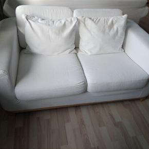 Hvid 2-personers sofa fra IKEA H: 60, D: 90, L: 160 Næsten som ny Nyvasket betræk Kan afhentes på Langenæs  600 kr