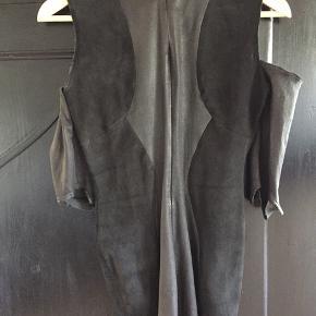 Lækker sort  velholdt Acne skindkjole, str.S der er stræk i. Nypris 8500,- sælges for 800,-