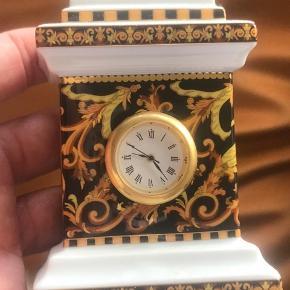 Smukt lille ur fra Versace sælges. Der er ingen skår i porcelæn, men batteri skal skiftes :-)