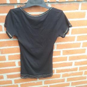 Sort Chacha T-shirt str. S med blonde kant i bunden.  🌞 Ved køb af flere ting. Skriv til mig inden du vælger køb nu. Så samler jeg det sammen i en pakke og en porto 🌞