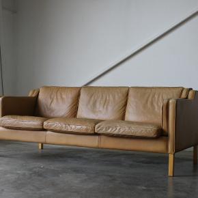 """Flot 3 pers sofa i læder fra Stouby, model """"Eva"""". Står i pæn stand.  Måler 200cm b  Pris 4500,-  Kan leveres i hele landet. Vintage. Retro. Mogens Hansen. Cognac."""